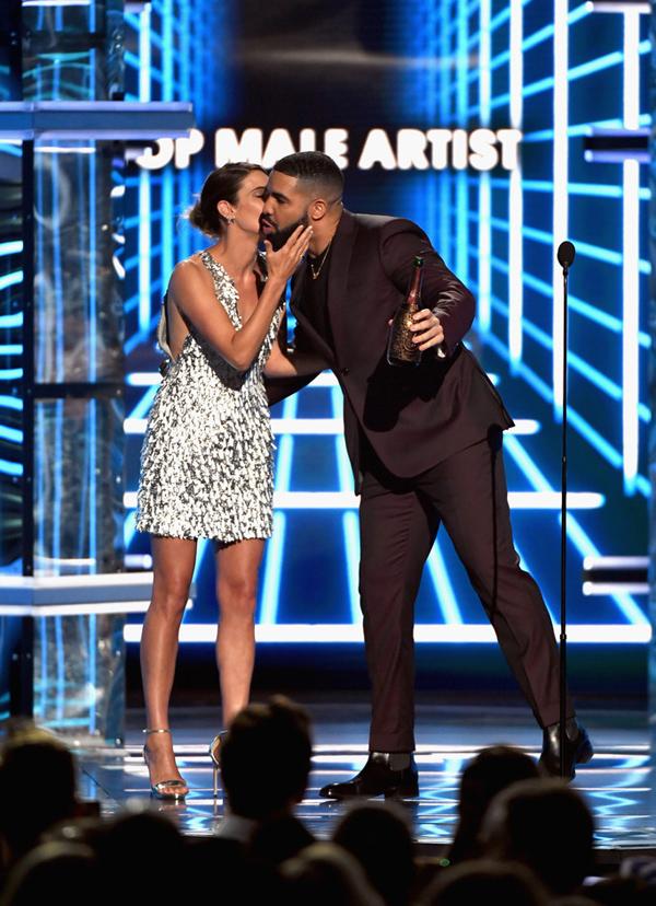 Nhà thiết kế cho biết, phía Cobie Smulders liên lạc với êkíp của anh và chọn bộ đầm xẻ ngực sexy để tham dự một lễ trao giải đình đám sắp tới ở Mỹ nhưng không tiết lộ cụ thể sự kiện nào. Trang phục này vừa vặn với ngôi sao Avengers: Age of Ultron ngay từ lần đầu thử và Công Trí không mất thời gian để chỉnh sửa theo đúng số đo của cô.Tôi hạnh phúc khi đứa con tinh thần của mình được xuất hiện trên thảm đỏ Billboard Music Awards. Tôi cũng cảm ơn Cobie Smulders vì đã giúp bộ cánh tỏa sáng tại sự kiện quốc tế danh giá, nhà tạo mốt Việt chia sẻ.