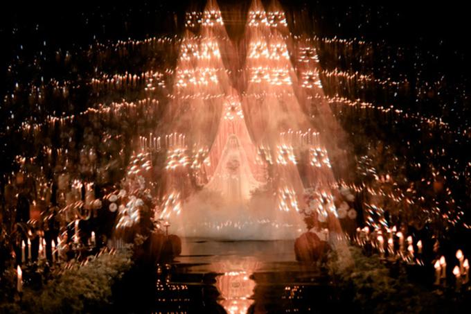 Cô dâu giống như một nàng tiên bước ra từ chuyện cổ tích khi xuất hiện tại lễ đường.