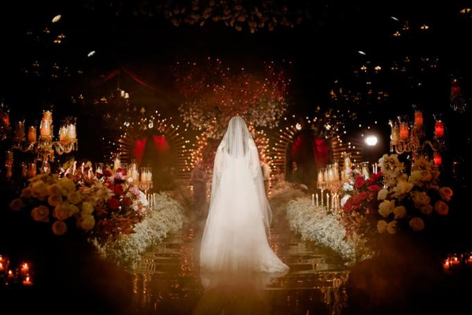 Tiệc cưới mang sắc đỏ mận theo phong cách Avant-garde - 1