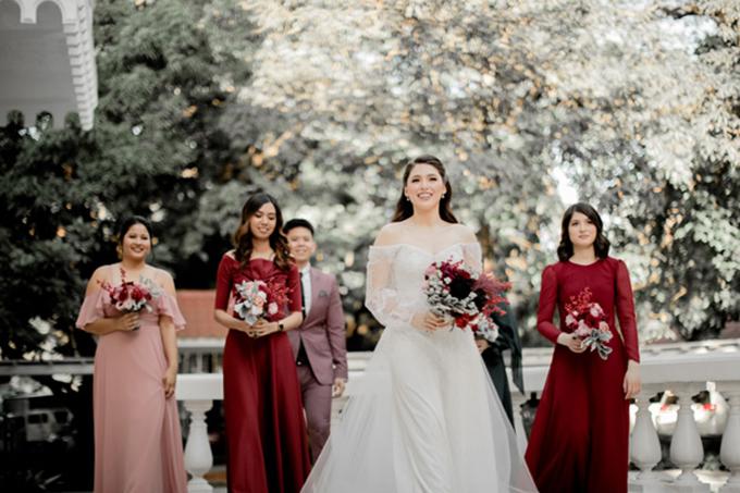 Dàn phù dâu diện trang phụcđỏ mận, đỏ pha tímhoặc hồng pastel theo tông màu chủ đạo của tiệc cưới.