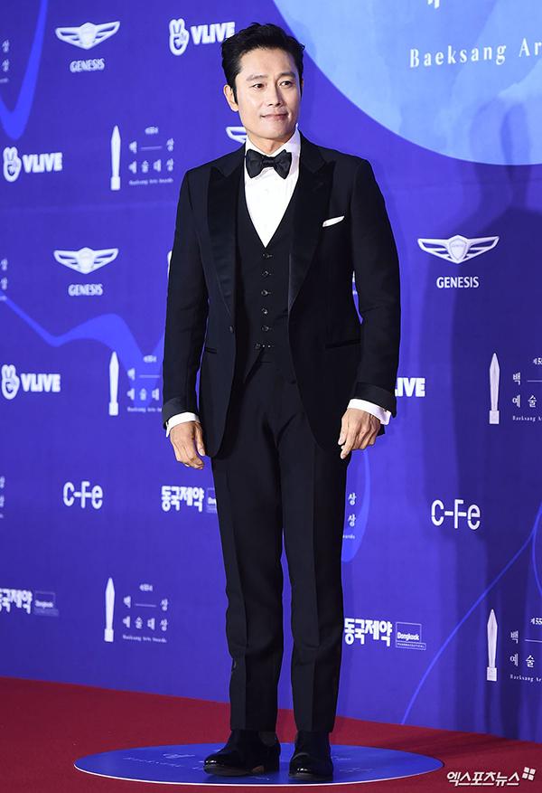 Quý ông Lee Byung Hun cười thân thiện trên thảm đỏ. Năm qua, anh sở hữu phim Mr. Sunshine ăn khách.