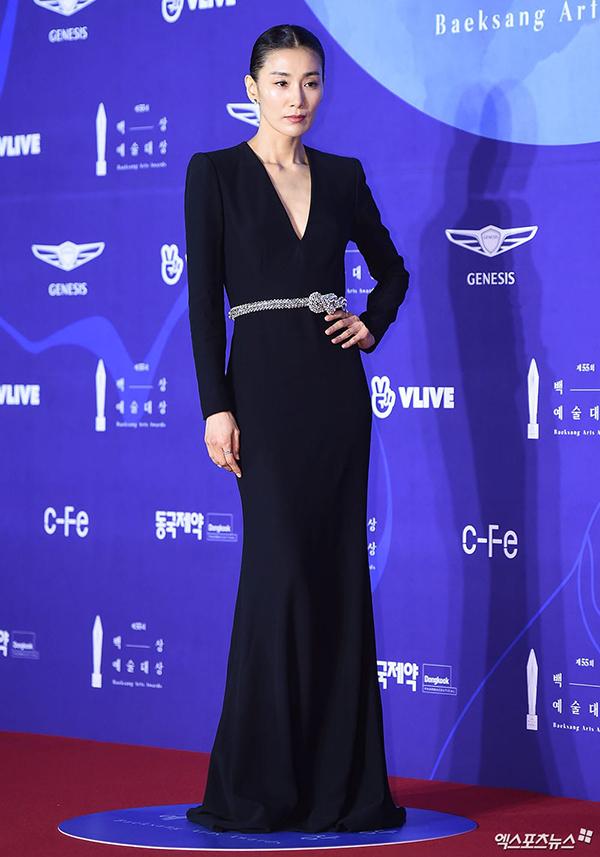 Kim Seo Hyung - ác nữ bị ghét trong phim Sự quyến rũ của người vợ dự sự kiện với váy đen dài và kín cổng cao tường. Đầu năm 2019, cô có phim Sky Castle được yêu thích trên màn ảnh Hàn. Bộ phim xoay quanh câu chuyện giáo dục con cái, chạy trường điểm cho con của giới thượng lưu xứ Hàn. Trong đó,Kim Seo Hyung vào vai một bà mẹ độc đoán.