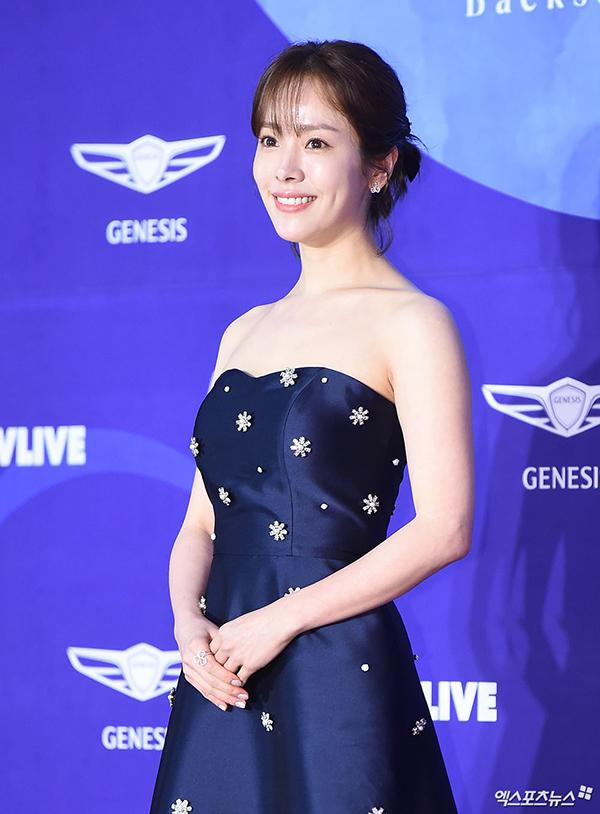 Han Ji Min nhẹ nhàng với đầm quây màu xanh navy.