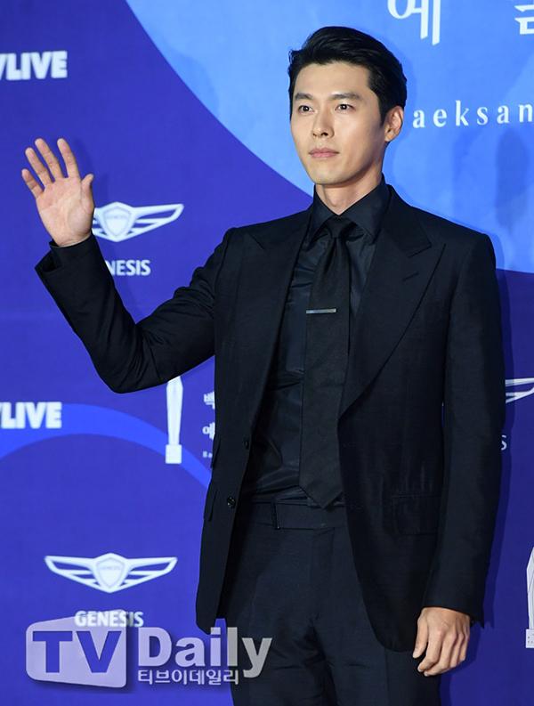 Hyun Bin mặc vest đen đơn giản nhưng lịch lãm. Từ cuối năm ngoái tới đầu năm nay, tài tử liên tục có phim ra mắt ngoài rạp lẫn trên truyền hình. Hiện tại, anh đang tham gia phim mới, đóng cặp với bạn gái tin đồn Son Ye Jin.