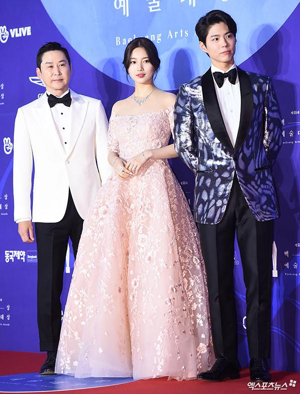 Park Bo Gum (ngoài cùng bên phải) - tình trẻ của Song Hye Kyo trong phim Gặp gỡ (Encounter) đảm nhận vai trò MC của lễ trao giải cùng Suzy (giữa). Nữ ca sĩ 25 tuổi diện đầm dạ hội màu hồng phấn khoe vai trần trắng nõn.