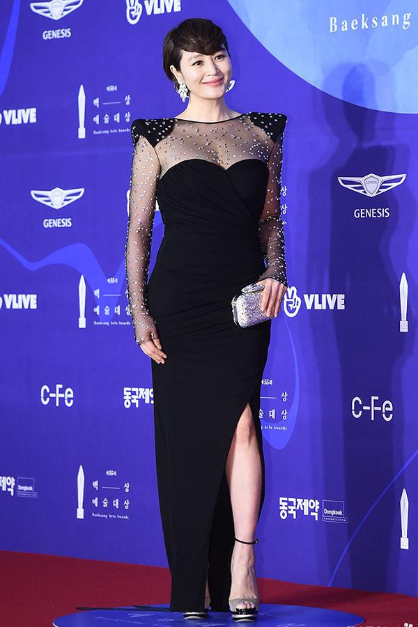 Kim Hye Soo diện đầm đen kín đáo nhưng khoe khéo vòng 1 nở nang.