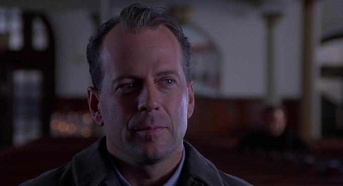 Với vai chính trong The Sixth Sense, Bruce Willis được trả cát-xê 20 triệu USD. Số tiền này bao gồm 17% doanh thu phòng vé toàn cầu (700 triệu USD) và một phần hoa hồng từ thu nhập bán video tại nhà.