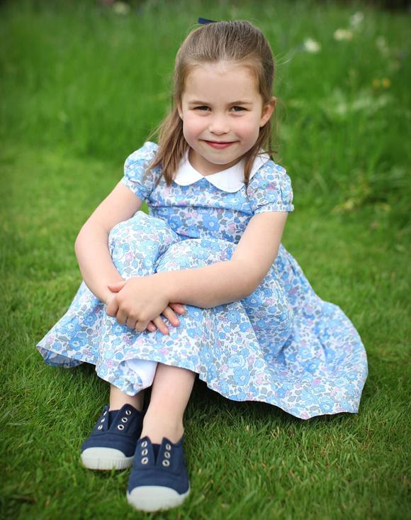 Công chúa Charlotte ngồi trên thảm cỏ ở Điện Kensington hồi cuối tháng 4. Ảnh: Kate Middleton.