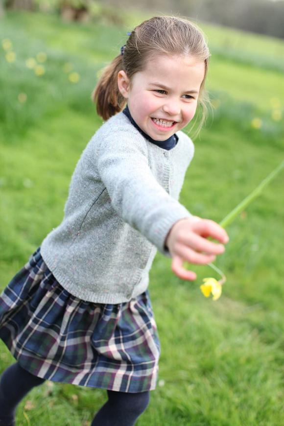 Charlotte đùa nghịch trong khuôn viên Anmer Hall, Norfolk hôm 15/4. Ảnh: Kate Middleton.