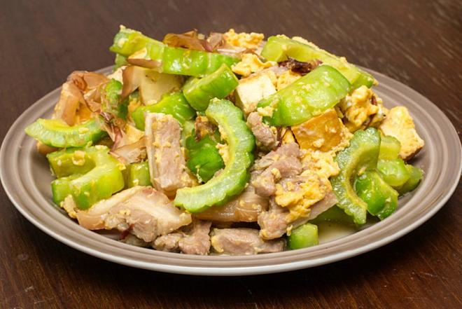 Món Gōyā chanpurū - món ăn ưa thích của người dân Okinawa.