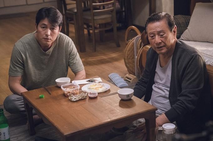Jung Woo Sung (trái) đóng chính phim Chứng nhân hoàn hảo.