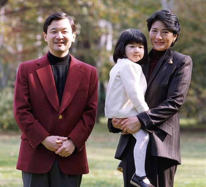 Vợ chồng Naruhito vàMasako cùng con gái Công chúa Aiko trong vườn nhà vào năm 2004. Ảnh: Reuters.