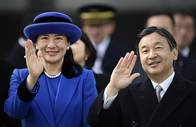 Vợ chồng Naruhito và Masakoở sân bay Haneda, Tokyo năm 2016. Ảnh: EPA.