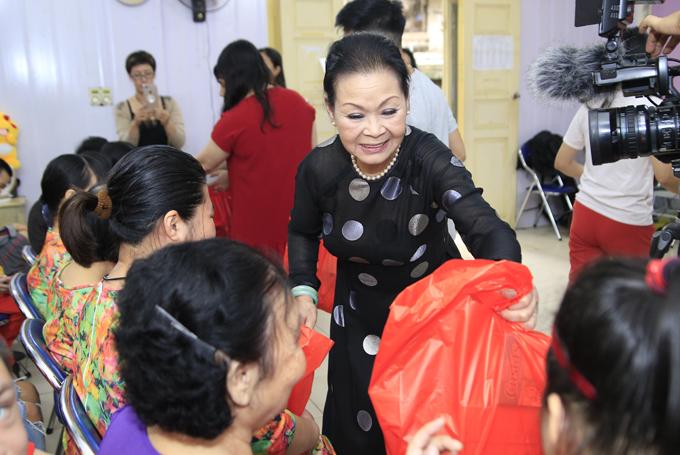 Tại buổi từ thiện vào hôm qua, Khánh Ly tặng 40 suất quà cho người khuyết tật. Suất quà gồm vitamin C, bánh kẹo, tiền hỗ trợ sinh hoạt.