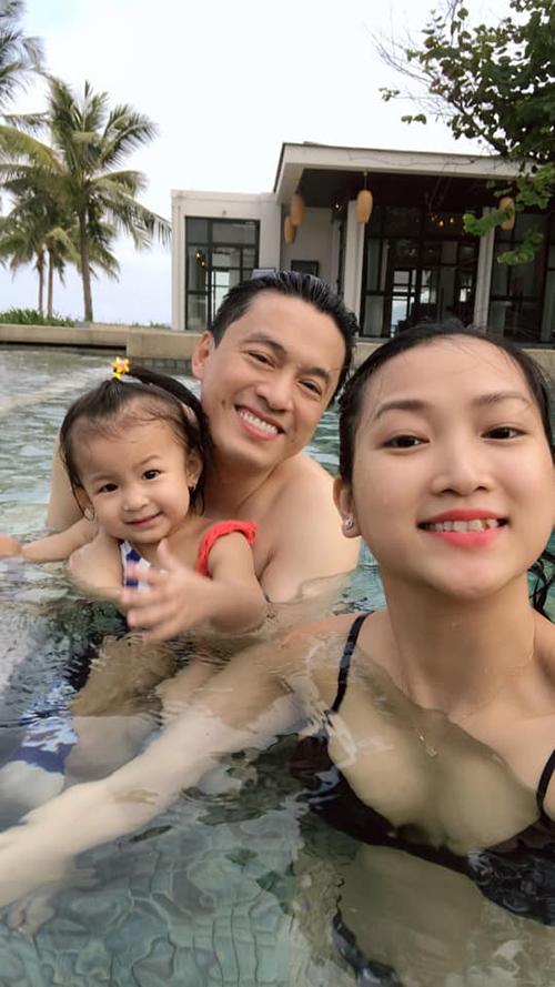 Lam Trường và vợ con trong chuyến du lịch Đà Nẵng kỷ niệm 9 năm bên nhau hồi đầu tháng 4.
