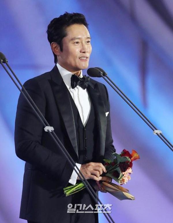 Lee Byung Hun nhận giải Nam chính xuất sắc lĩnh vực phim truyền hình tại Baeksang.