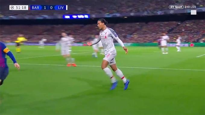 Trung vệ Liverpool không theo kịp đối thủ, lấy tay ra hiệu