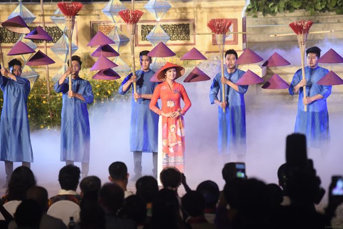 Ngoài giới thiệu bộ sưu tập áo dài lấy cảm hứng từ nhã nhạc cung đình Huế, Hoa hậu còn xuất hiện ở vai trò model trong đêm khai mạc, bế mạc của sự kiện.