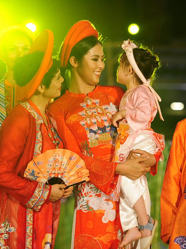 Vẻ đáng yêu của Cherry không chỉ thu hút khán giả mà nghệ sĩ Minh Châu (trái) cũng khen ngợi cô nhóc.