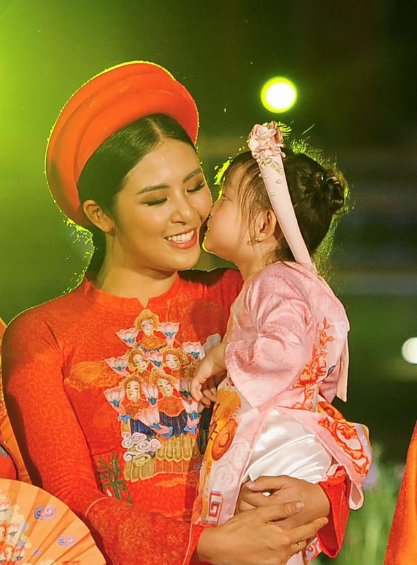 Con gái Hồng Quế thơm má Ngọc Hân để thể hiện tình cảm.