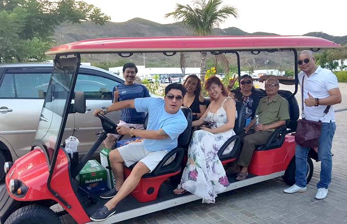 Gia đình Phi Thanh Vân đi Long Hải, Vũng Tàu chơi cùng cựu ca sĩ Tường Vy (ngồi cạnh cô).
