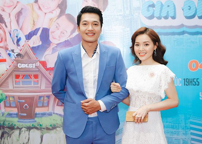 Quang Tuấn và bà xã Linh Phi tại buổi họp báo ra mắt Gia đình là số 1 phần 2 bản Việt.