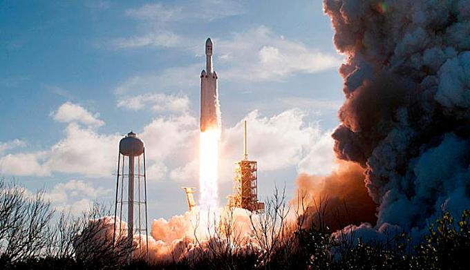 Tên lửa Falcon Heavy được phóng từ Trạm Không gian Kennedy, Florida tháng 2/2018. Ảnh:AFP.