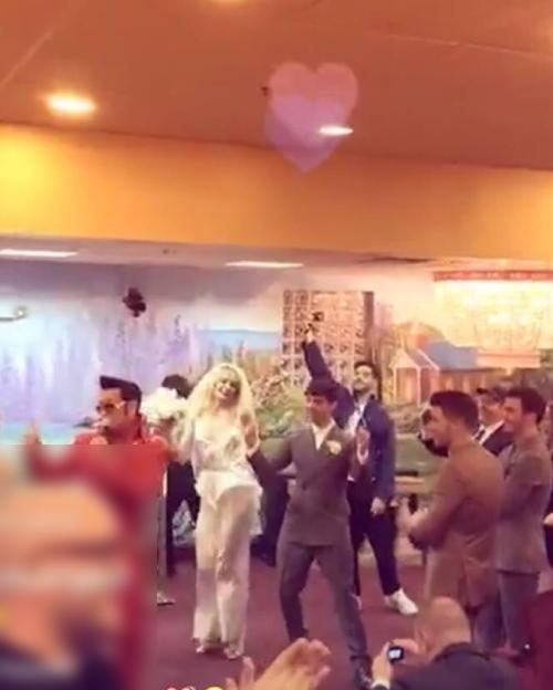 Cô dâu thể hiện vũ đạo trong hôn lễ.
