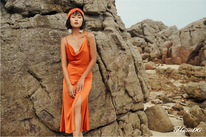 Đầm lụa thiết kế cổ đổ nhẹ nhàng ôm đường cong mềm mại của phái đẹp. Bộ đồ thích hợp mặc đi biển, trong những kỳ nghỉ mùa hè.