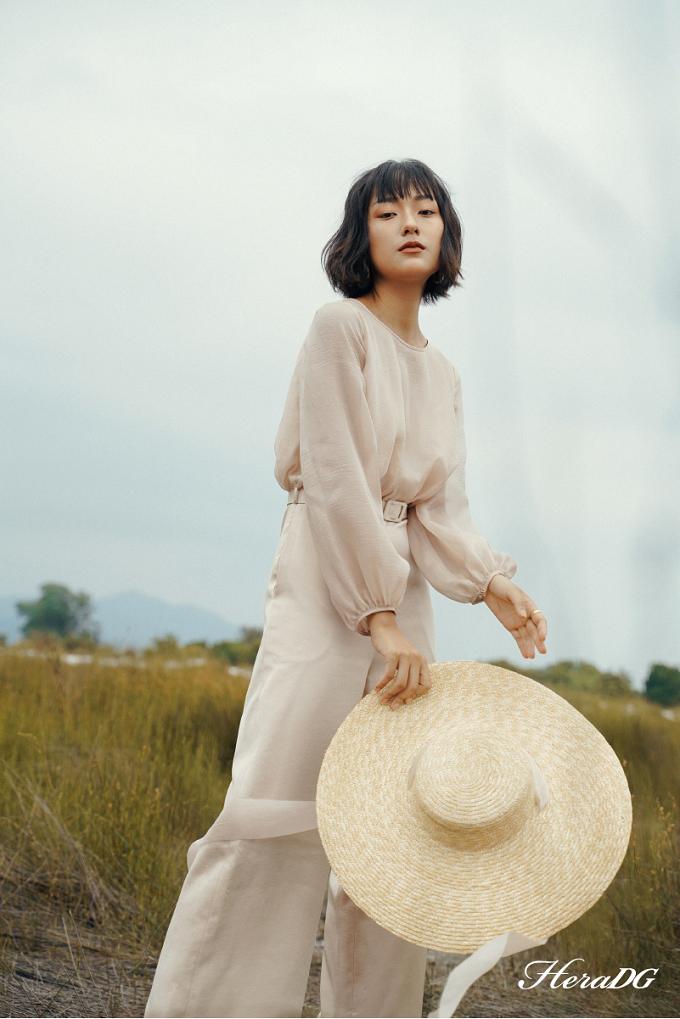 Kết hợp màu nude trên hai chất liệu khác nhau, mang lại cho bộ đồ vẻ sang trọng và nữ tính.
