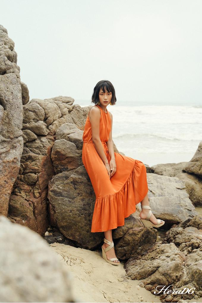 Váy lụa màu cam, xếp nếp chân váygiúp nàng nổi bật dưới nắng hè.