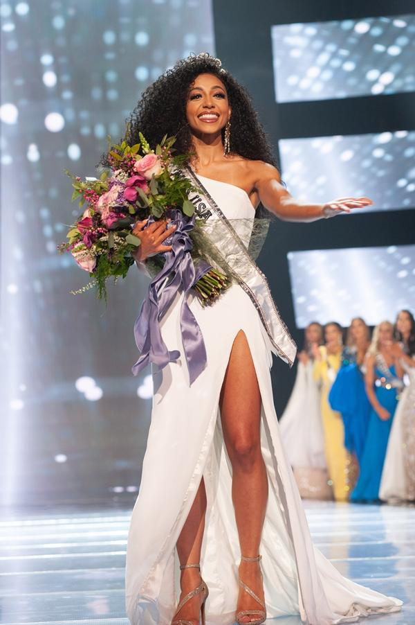 Cheslie Kryst năm nay 28 tuổi, sở hữu mái tóc xù ấn tượng. Cô là thí sinh lớn tuổi nhất đăng quang hoa hậu trong lịch sử Miss USA.