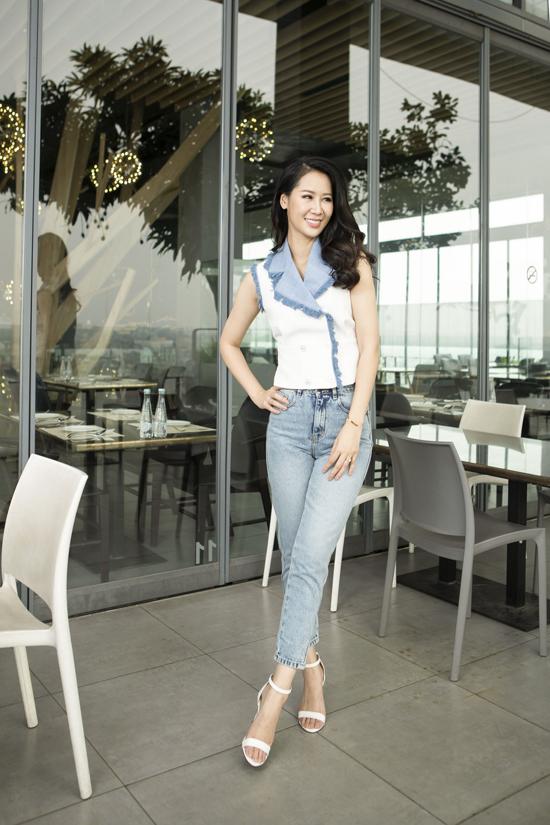 Ngoài các mẫu váy điệu đà, jeans ống côn cũng được người đẹp chọn lựa để phối cùng kiểu áo thoáng mát. Sự đồng điệu về màu sắc và chất liệu jeans - denim sẽ giúp người mặc thêm phần năng động, trẻ trung.