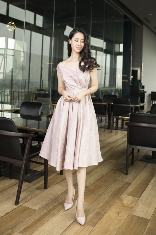 Váy trễ vai với điểm nhấn tùng xòe đi đôi các nếp gấp để phái đẹp trông cuốn hút hơn khi tham gia tiệc mùa hè.