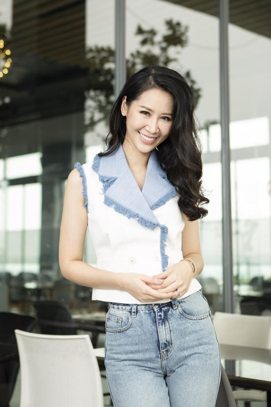 Áo cổ vest được biến tấu để tạo nên sự trẻ trung, đồng thời phần xử lý chất liệu cũng được chăm chút để mang tới sự độc đáo cho trang phục.