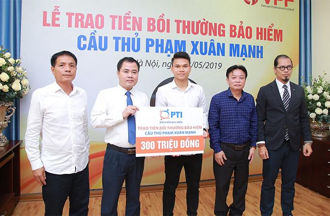 Phạm Xuân Mạnh nhận 300 triệu đồng tiền bảo hiểm. Ảnh: VPF.