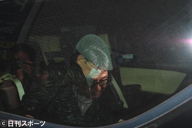 Ông Fumie bị báo chí bủa vây sau cái chết của Tsuya.