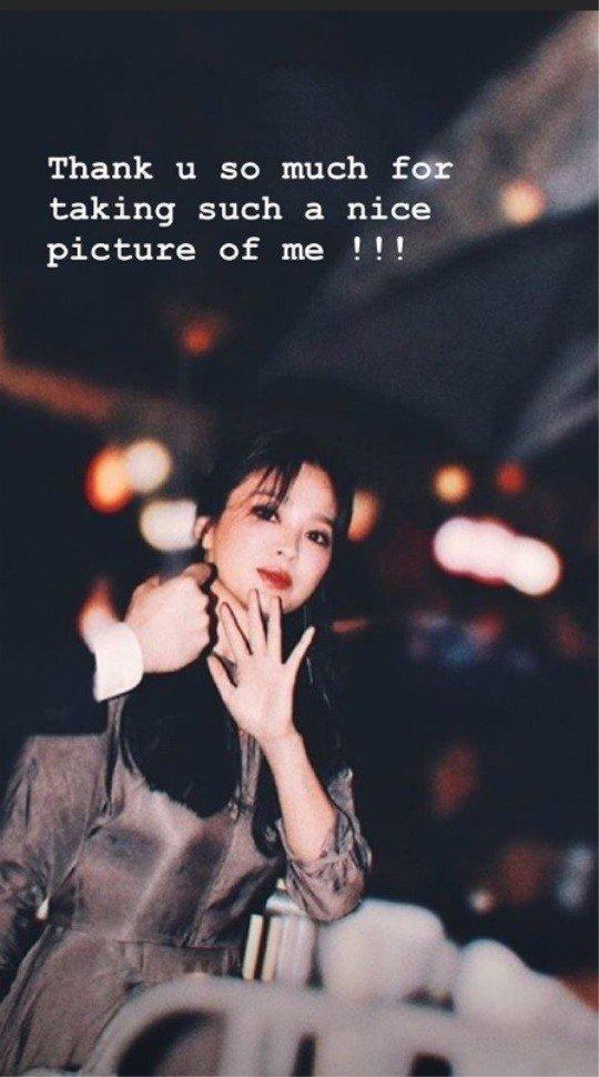 Trên trang Instagram cá nhân, Song Hye Kyo đăng tải hình kèm theo lời cảm ơn: Cảm ơn vì đã chụp cho tôi tấm hình đẹp như vậy.
