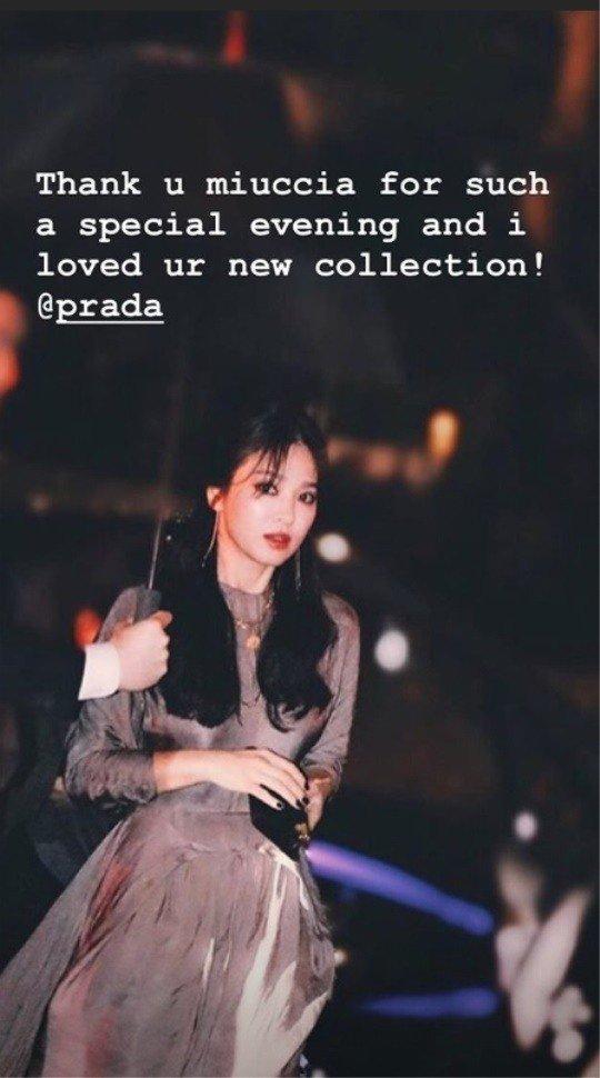 Nữ diễn viên nhắn nhủ thương hiệu: Cảm ơn vì một buổi tối đặc biệt, rất yêu thích bộ sưu tập mới của các bạn. Từ đầu năm, Song Hye Kyo liên tục chạy show sự kiện tại nhiều quốc gia và nhận được sự mến mộ của khán giả vì nhan sắc nổi trội.