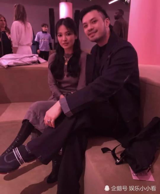 Nữ diễn viên chụp hình cùng các khách mời tại sự kiện.