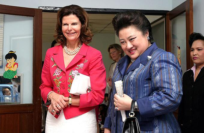 Công chúa Soamsawali Kitiyakara (phải), người có dòng dõi hoàng tộc duy nhất làm vợ của Vajiralongkorn. Ảnh: Rex.