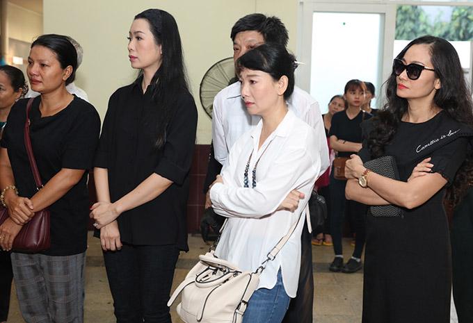 Từ trái qua: diễn viên Kiều Trinh, Trịnh Kim Chi, Mỹ Uyên và Hạnh Thúy đau xót tới tiễn biệt đàn anh lần cuối.
