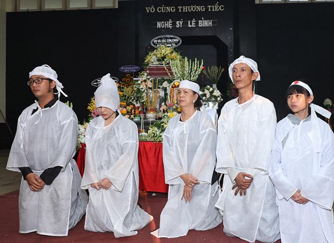 Vợ cũ cùng các con và cháu gái mặc đồ tang thực hiện các nghi thức cuối cùng trước khi đưa cố nghệ sĩ đến đài hỏa táng.