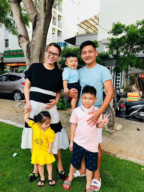 Hải Băng bên ông xã Thành Đạt, hai con và bé Kid (con trai riêng của Thành Đạt và vợ cũ Diệp Bảo Ngọc)
