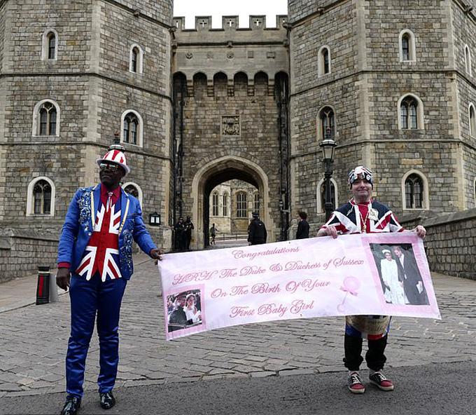Người hâm mộ Anh túc trực bên ngoài lâu đài Windsor để chờ nghe tin vui từ vợ chồng Harry - Meghan. Ảnh: Glenngratton.