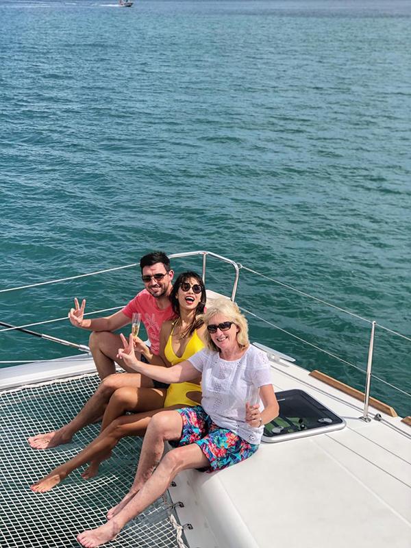 Cặp đôi thuê du thuyền hạng sang để đưa mẹ chồng đi ngắm cảnh biển. Một ngày không thể nào hoàn hảo hơn, nào là tắm nắng trên boong tàu, nhấm nháp ly champagne, rồi lại nhảy xuống biển ngụp lặn ngắm lũ cá xinh và san hô, xong đi câu cá lên tàu để nướng ăn, cô kể.