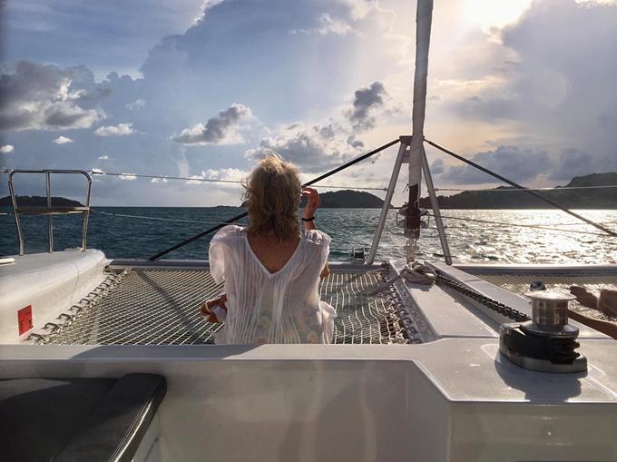 Mẹ chồng Hà Anh thích thú ngồi trên boong tàu để tận hưởng khung cảnh thiên nhiên tươi đẹp.