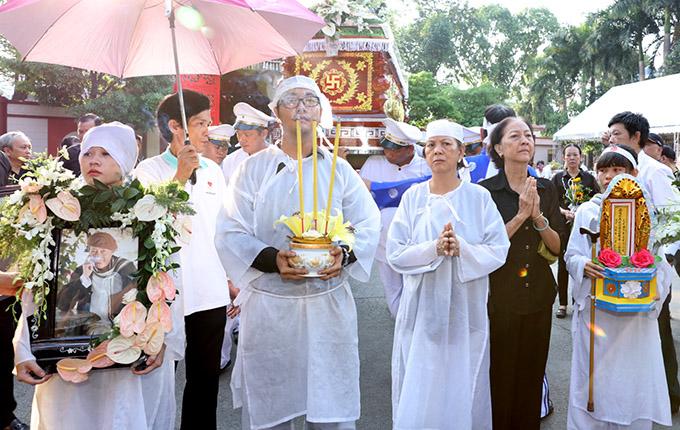 Dù không còn là vợ chồng nhưng vợ cũ của nam diễn viên vẫn mặc áo tang, cùng các con lo hậu sự cho anh. Bà Nhung (thứ ba từ phải qua) chia sẻ, khi còn sống Lê Bình là người chồng tốt, hết lòng yêu thương vợ con.