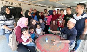 Ông lão Malaysia bị chỉ trích khi khoe 19 vợ, 46 con và 200 cháu