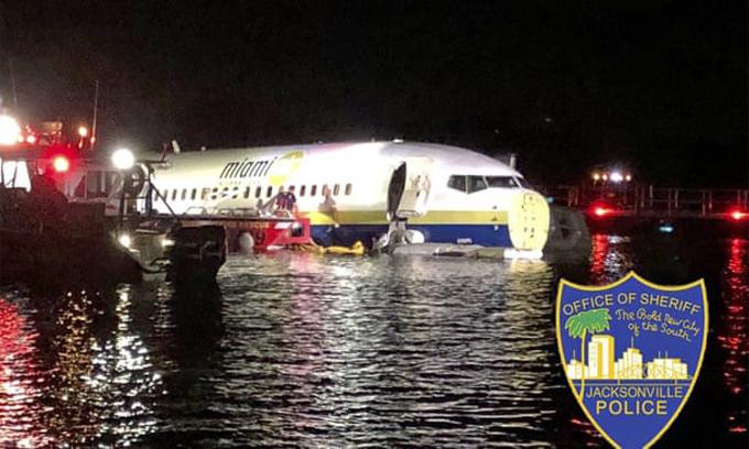 Chiếc Boeing 737 của Miama Air International đâm xuống sông St John, bang Florida (Mỹ), tối 3/5. Ảnh: Jacksonville Police.